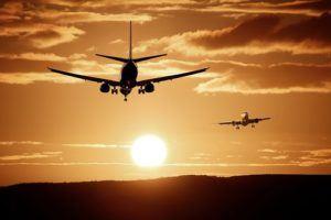2 Flugzeuge im Sonnenuntergang