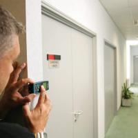 Mann bei der Arbeit mit dem laserentfernungsmesser