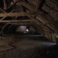 ein dunkler Dachboden