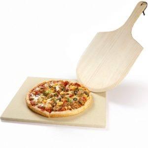 Selbstverständlich gibt es noch sehr viel mehr Zubehör. Beispielsweise werden Pizzasteine in den letzten Jahren immer beliebter. Diese gibt es auch schon für die kleinen Tischgasgrills, wobei Sie auf dem <a href=