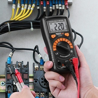 Das DM02A Multimeter wird getestet