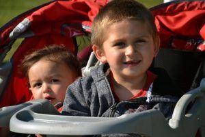 roter Zwillingskinderwagen