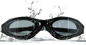 Schwimmbrille mit Wasser bespritzt im Test und Vergleich