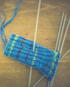 Stricken von Socken mit der Hand wurde schon im Jahr 1268 in Paris publik.