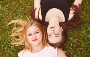 zwei junge Frauen im Gras