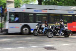 zwei Harley-Davidson Fahrer mit Jethelmen