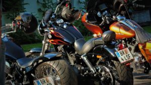 Jethelme an Harley Davidson Motorrädern
