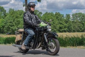 Motorradfahrer auf Oldtimer mit Jethelm