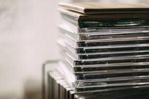 ein Stapel DVDs