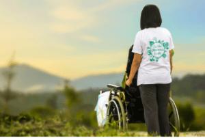 Anwendung des Rollstuhlliftes im Außenbereich im Test und Vergleich