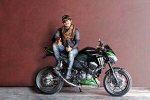 Junger Mann mit Motorradstiefelnn