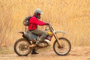 Dirtbikefahrer mit Motorradstiefeln