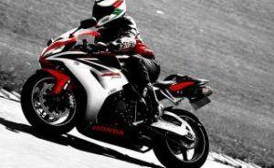 Hondafahrer mit Motorradstiefeln
