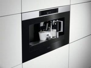 Einbau Kaffeevollautomat AEG kkk884500 mit Cappuccino Tassen