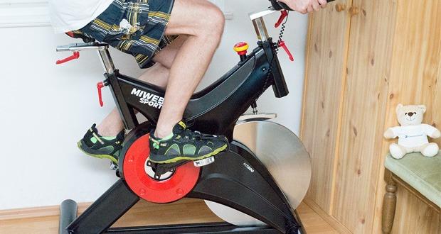 Profi Indoor Cycling MS500 von Miweba Sports - ein ergonomisch geformter Sportsattel und gepolsterte Armauflagen garantieren jede Menge Komfort