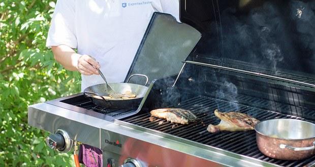 Der 3 Brenner Gasgrill Performance Series 340B von Char-Broil mit Seitenbrenner: erwärmt Saucen und Speisen, die das Grillmenu ergänzen