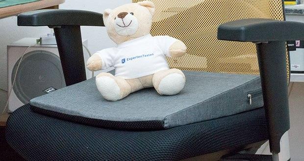 Das orthopädische Sitzkeilkissen von DYNMC YOU hilft im Büro oder als Autositzkissen gegen einen gekrümmten Rücken und Rückenbeschwerden