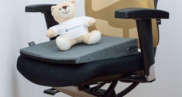 Das orthopädische Sitzkeilkissen von DYNMC YOU mit Anti-Rutsch Technologie im Test