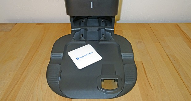 Saugroboter Roomba i7556 von iRobot im Test - entleert den Auffangbehälter automatisch in einen Einwegbeutel, der bis zu 30 Ladungen Schmutz, Staub und Haare fasst