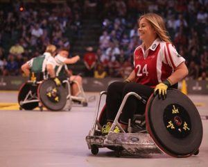 lachende Sportlerin im Rollstuhl