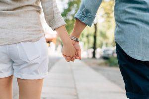 Ein Paar hält Händchen - Kündigung Elitepartner