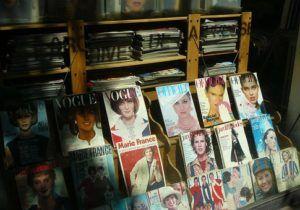 Modezeitschriften in einer Auslage