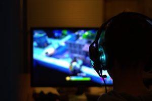 Gamer mit Kopfhörer