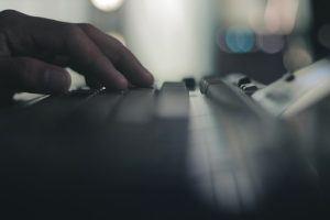 Computertastatur mit einer Hand