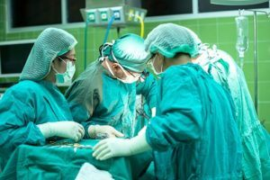 Ärtzteteam bei einer Operation