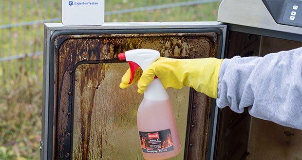 BALLISTOL Reiniger Kamofix im Test - sprühen Sie die Oberfläche mit Kamofix Ofenreiniger ein und reiben dann mit einem trockenen Tuch die Fläche ab