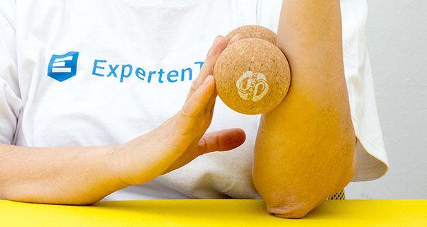 SAPURA Fasziendoppelball aus Naturkork im Test - der Abstand der beiden mit einem Durchmesser von 12 Zentimetern ausgestatteten Faszienbälle ist so gestaltet, dass die langen Muskelstränge ideal aktiviert werden können