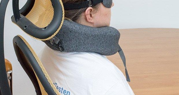 HIKENTURE Reise Nackenkissen im Test - die Vorderpartie können Sie durch eine leicht zu bedienende Steckschnalle nach Belieben verschließen und öffnen