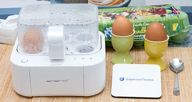 Emerio Eierkocher im Test - Mittel gekochte Eier: Das zweite Lämpchen geht mit an und die Sprachausgabe gibt den erreichten Härtegrad an
