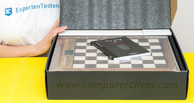 Millennium Schachcomputer The King Performance M830 im Test - mit seinem klassischen, harmonischen Design im 40 x 40 cm Echtholzrahmen hat er die perfekte Größe für das Spiel zu Hause