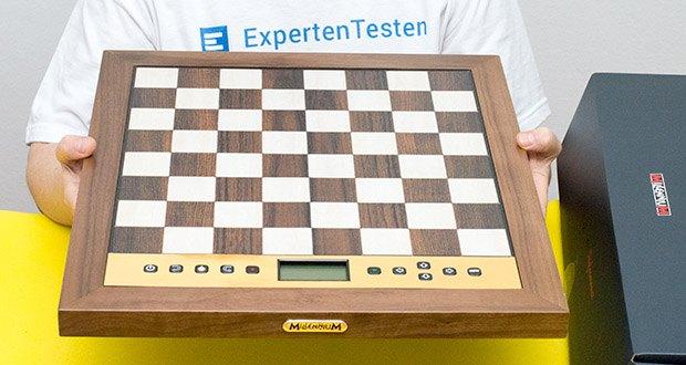 Millennium Schachcomputer The King Performance M830 im Test - das Schachbrett in Holzoptik bietet mit 81 LEDs zur Zuganzeige und der neuen HighSensitive Technologie höchst komfortablen Spielspaß