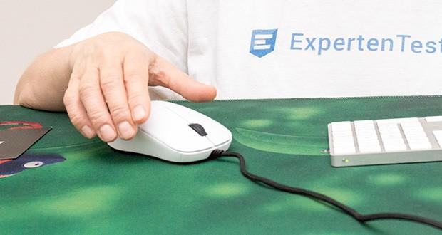 Endgame Gear XM1 Gaming Maus im Test - die Oberfläche verfügt über eine Anti-Schweiß-Beschichtung, ist leicht aufgeraut und sorgt somit unter allen Umständen für einen festen Griff