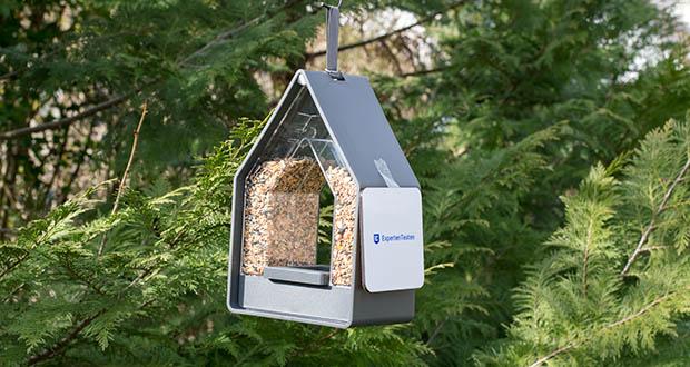 Emsa Vogel-Futtersilo im Test - vielfältige Anbringungsmöglichkeiten: Entweder freihängend am Baum, an der Wand mit dem Hakenloch oder mit optional erhältlicher Stab- oder Geländerhalterung