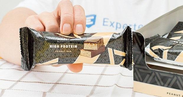 Amfit Nutrition Protein-Riegel mit Erdnüssen im Test - Protein-Riegel mit Erdnüssen und einer Schicht Karamell, umhüllt von kakaohaltiger Fettglasur, mit Süßungsmitteln