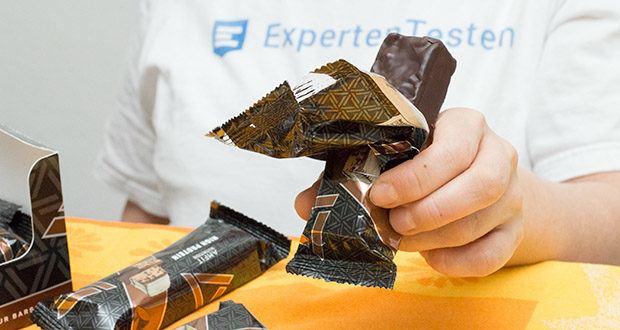 Amfit Nutrition Protein-Riegel mit Schokoladen-Fudge im Test - hoher Gehalt an Proteinen, welche zu einer Zunahme an Muskelmasse beitragen
