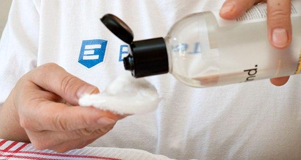 FIND Mizellenwasser im Test - die Pflegeformel auf Basis der Mizellentechnologie nimmt Schmutzpartikel auf und entfernt sie sanft von der Haut