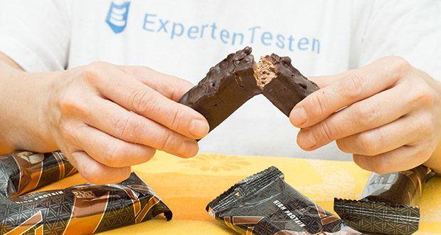 Amfit Nutrition Protein-Riegel mit Schokoladen-Fudge im Test - weniger als 1g Zucker und weniger als 20g Kohlenhydrate pro Riegel