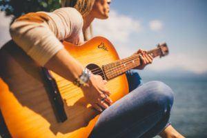 Worauf muss ich bei der Buchung eines Online Gitarrenkurs Testsiegers achten?