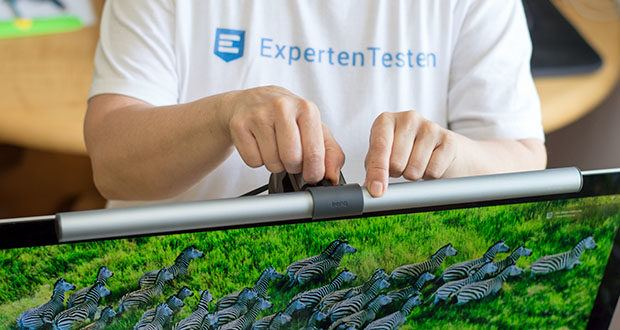 BenQ ScreenBar Plus LED-Monitor-Lampe im Test - dank des einzigartigen Designs von BenQ sind weder Klebeband noch Schrauben erforderlich, die Ihren Computer zudem beschädigen könnten