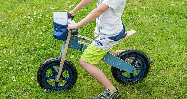 small-foot Laufrad blauer Papierflieger im Test - in der abnehmbaren Lenkertasche finden Spielzeug und Proviant Platz