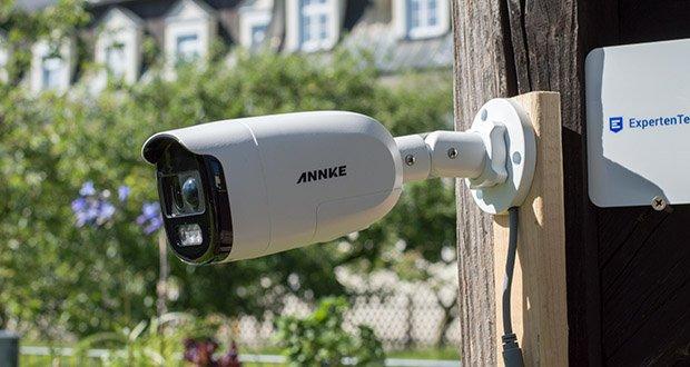 Annke CCTV Überwachungskamera BR200 im Test - 110°-Weitwinkel-PIR-Sensor erkennt die sich bewegenden warmen Objekte und aktiviert die rot-blaue Taschenlampe und die laute Sirene