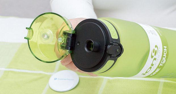 Ion8 Sportflasche im Test - das Flip-Top springt mit einem Finger auf. Sofort öffnen und wieder verschließen