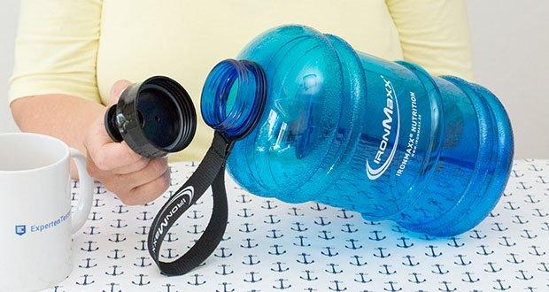 IronMaxx Trinkflasche im Test - Verschluss mit einen Band verbunden
