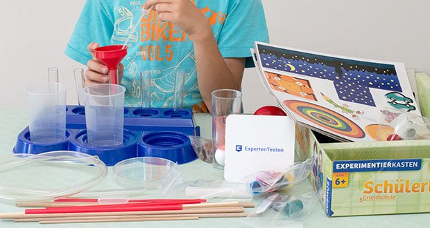 KOSMOS Schülerlabor Experimentierkasten im Test - die anschaulichen Versuche sind passend für das Alter konzipiert und vermitteln erste Inhalte zu grundlegenden Themen wie Luft, Wasser, Farben, Licht und Schatten sowie Hören und Sehen