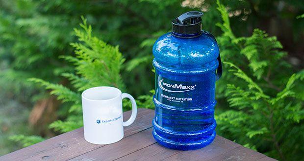IronMaxx Trinkflasche im Test - die Flasche hat eine stabile Form und ist daher fest