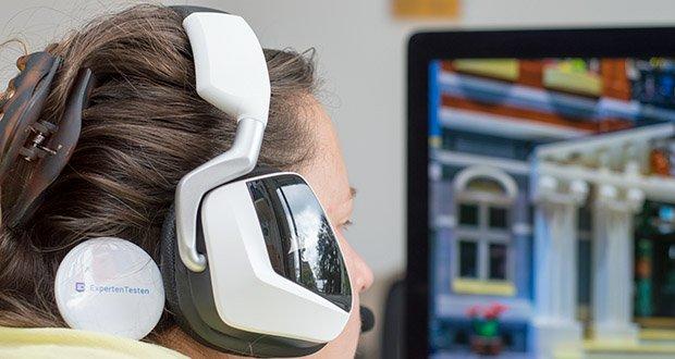 Corsair Void Elite RGB Gaming Headset im Test - verbinden Sie das Headset über eine 2,4-GHz-Drahtlosverbindung mit niedriger Latenz mit Ihrem PC oder Ihrer PS4, und genießen Sie mit einer Reichweite von bis zu 12 Metern und mit bis zu 16 Stunden Akkulaufzeit kabellose Freiheit
